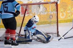 Portero del hockey sobre hielo delante de su red Arena admitida imagen del hielo imágenes de archivo libres de regalías