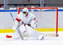 Portero del hockey sobre hielo durante un juego fotos de archivo