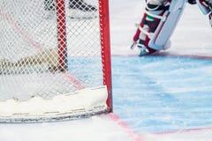 Portero del hockey sobre hielo durante un juego foto de archivo