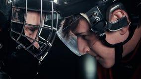 Portero del hockey y delantero o huelguista cara a cara una batalla de voluntades almacen de video