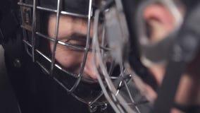 Portero del hockey y delantero o huelguista cara a cara una batalla de voluntades almacen de metraje de vídeo