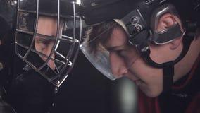 Portero del hockey y delantero o huelguista cara a cara una batalla de voluntades metrajes