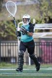 Portero del lacrosse de las muchachas que toma el campo Imagen de archivo libre de regalías