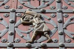Portero en las puertas a la iglesia gótica catalana Santa Maria del Mar, Barcelona Imagen de archivo