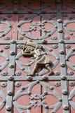 Portero en las puertas a la iglesia gótica catalana Santa Maria del Mar, Barcelona, España Fotos de archivo libres de regalías