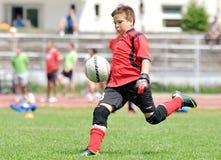 Portero joven del fútbol o del fútbol del muchacho Imagen de archivo libre de regalías