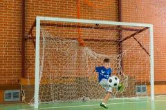 Portero que golpea el balón de fútbol con el pie Imagen de archivo