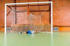 Portero que golpea el balón de fútbol con el pie Foto de archivo libre de regalías