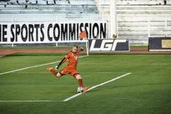 Portero que golpea la bola con el pie Kaya contra sementales - liga unida fútbol Filipinas de Manila Imagenes de archivo
