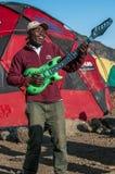 Portero que toca una guitarra Kilimanjaro fotografía de archivo libre de regalías