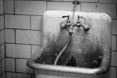 Portero sucio Utility Sink y grifo Imágenes de archivo libres de regalías