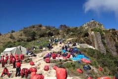 Porteros en el paso de la mujer muerta en Inca Trail a Machu Picchu Imagenes de archivo