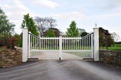 Portes à la maison majestueuses et allée Images libres de droits