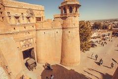 Portes allantes de personnes de fort historique de Jaisalmer avec les tours en pierre dans le désert de Thar Images libres de droits