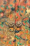 Portes antiques décorées avec des heurtoirs, Pékin, Chine images libres de droits