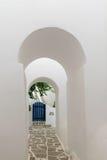 Portes arquées menant à une porte bleue Architecture traditionnelle des villages locaux à l'île de Paros en Grèce Images stock