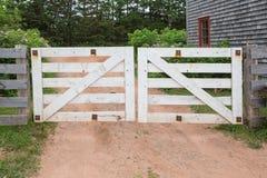 Portes blanches à une ferme dans le pays Photographie stock libre de droits