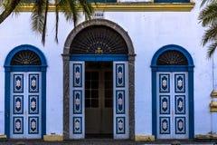 Portes bleues d'une église Photographie stock libre de droits