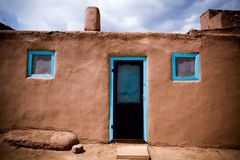 Portes bleues et Windows de pueblo de Taos Photographie stock libre de droits