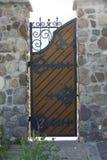 Portes classiques de fer travaillé de noir de conception dans la cour privée Photo stock