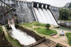 Portes d'eau dans le barrage de Neyyar photographie stock