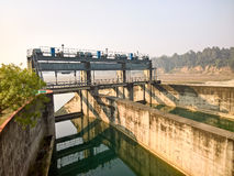 Portes d'inondation de barrage Photo stock
