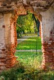 Portes dans le vieux bâtiment abandonné du XVIIIème siècle photos libres de droits