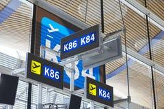 Portes de départ de courrier de signe de l'information d'aéroport Backgroun de voyage Photos libres de droits
