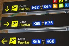 Portes de départ de courrier de signe de l'information d'aéroport Backgroun de voyage Images stock