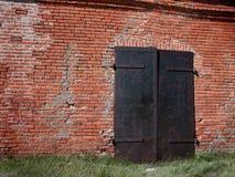 Portes de fer dans le mur de briques Photographie stock libre de droits