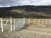 Portes de ferme dans des prairies de Patagonia images stock
