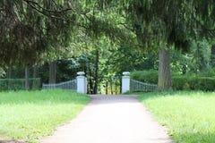 Portes de fonte avec des vases Arche de Pavlovsky P La ville de Pavlovsk image stock