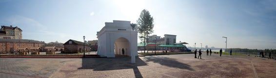 Portes de forteresse d'Omsk et de vieux bâtiments photographie stock libre de droits