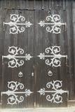 Portes de grange avec de grandes charnières décoratives Photo libre de droits