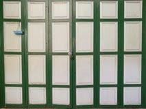 Portes de pliage en bois de vintage classique avec la lumière, mur à la maison photographie stock