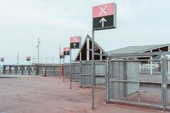 Portes de point de contrôle près d'un secteur extérieur de stade ou de concert image stock