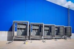 Portes de rampe de chargement au centre serveur de distribution Centre moderne de logistique Embarcadère à un entrepôt image libre de droits