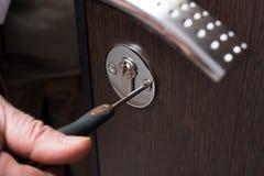 Portes de serrure et plan rapproché de tournevis en métal Image libre de droits