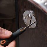 Portes de serrure et plan rapproché de tournevis en métal Images libres de droits