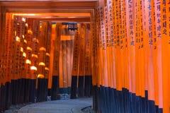 Portes de Torii au tombeau de Fushimi Inari Taisha, Kyoto, Japon Images libres de droits