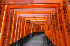 Portes de Torii au tombeau de Fushimi Inari Taisha, Kyoto, Japon Photographie stock