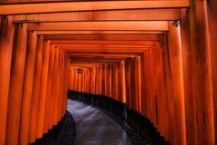 Portes de Torii chez Fushimi Inari, Kyoto Image libre de droits