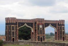 Portes de ville sur la route dans Shaki, Azerbaïdjan Photographie stock libre de droits