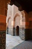Portes en Ben Youssef Madrasa, université islamique photographie stock libre de droits