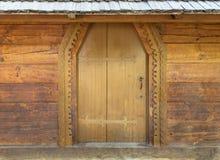 Portes en bois antiques antiques sur le mur de la vieille hutte Photo libre de droits