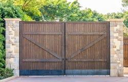 Portes en bois avec les colonnes en pierre Photo libre de droits