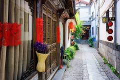 Portes en bois découpées de maison chinoise orientale traditionnelle Photo libre de droits