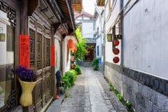 Portes en bois découpées de maison de chinois traditionnel, Lijiang Image stock