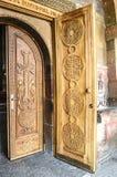 Portes en bois d'entrée avec la croix à l'église Photographie stock libre de droits