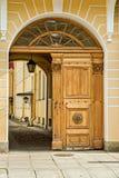 Portes en bois dans la cour Photos stock